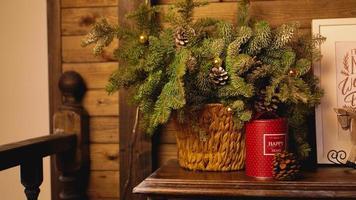 tarjeta de navidad - canasta con ramas de árbol de navidad foto