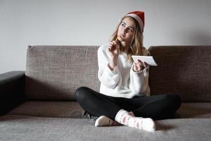 retrato de niña bonita en navidad escribe planes para el año nuevo foto