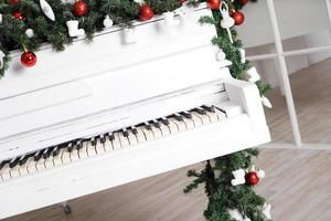 Teclas de piano vertical blanco con decoración navideña foto