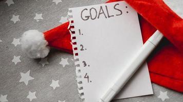 El cuaderno tiene el texto de las metas de año nuevo. foto
