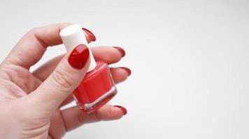 manicura. Hermosas uñas de mujer cuidadas con esmalte de uñas rojo foto
