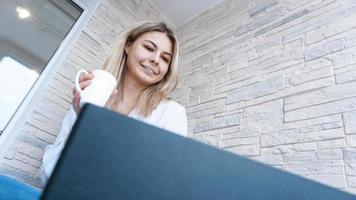 vista lateral. mujer de negocios joven con una taza de café y un cuaderno. foto