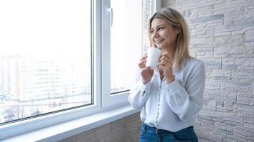mujer de negocios mirando por la ventana foto