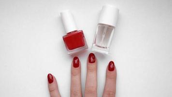 hermosas manos femeninas. cuidado de la piel de las manos. con manicura roja foto