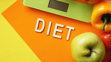 dieta concepto. comida sana, balanza de cocina foto