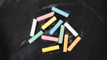 tiza de color en una pizarra. pizarra con crayones foto