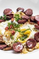 chorizo picante con huevos huevos rotos con patatas fritas tapas snack foto