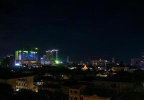 El centro de la ciudad central de Phnom Penh vista nocturna en Camboya con el complejo naga world casino y el horizonte de la isla de Koh Pich Diamond foto