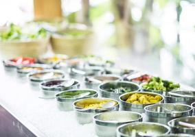 Cuencos de pimientos rojos orgánicos frescos mixtos y verduras en la moderna barra de ensaladas mostrar foto