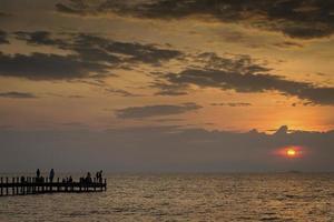 Vista del atardecer y el muelle en kep en la costa de Camboya foto