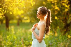 mujer joven en un jardín de verano en la noche foto
