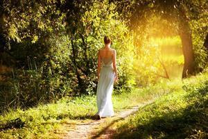 mujer camina en el jardín de verano foto