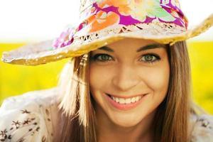 mujer feliz en un sombrero de mimbre foto