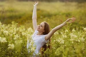 mujer feliz en un estado de éxtasis foto