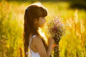 niña feliz con un ramo de flores foto