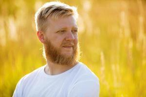 hombre rubio con barba foto