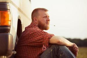 hombre de barba roja en una noche de verano foto