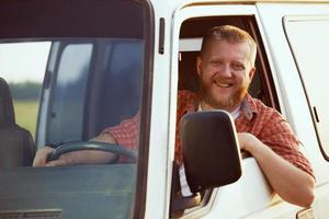 alegre conductor al volante de su coche foto