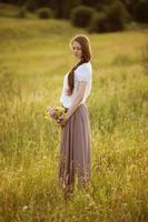 mujer solitaria con ramo de flores foto