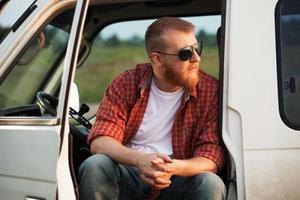 el conductor se sienta en la cabina de su camión foto