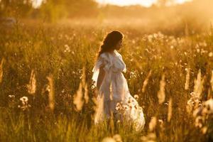 niña camina por el prado foto