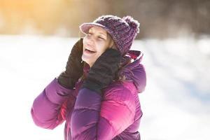 mujer joven feliz riendo alegremente foto