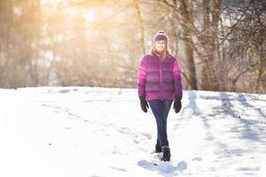 niña alegre caminando en la nieve foto