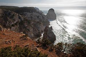 paisaje con costa rocosa y océano atlántico foto