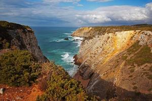 paisaje con una costa rocosa y el océano. foto