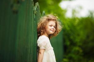 niña feliz, alegre y peluda foto