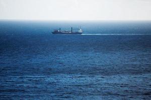 Buque de carga lleva nadando a través del océano. foto