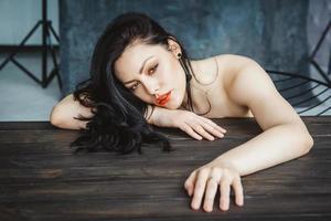 tiro de glamour de mujer morena foto