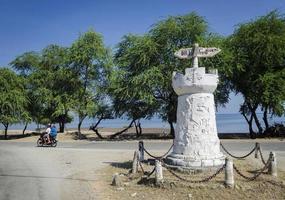 Señal de carretera colonial portugués antiguo monumento en Dili East Timor Leste foto