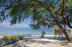 Barcos de pesca y redes en la playa tropical areia bbranca en dili timor oriental leste foto