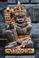 Antiguas estatuas hindúes tradicionales balinesas en el templo de Bali, Indonesia foto