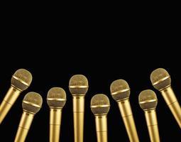 micrófono dorado sobre fondo negro. concepto de campeonatos de canto foto