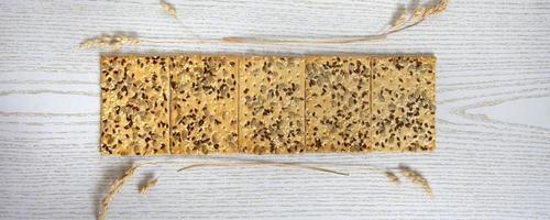 banner de cookies. galletas secas con pipas de girasol y tallos de hierba seca. foto