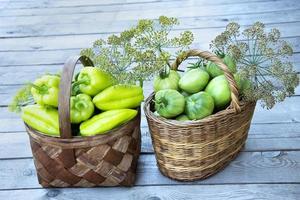 verduras en la canasta. las cestas de mimbre están llenas de productos frescos foto