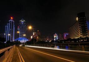 El moderno centro del horizonte del casino de la ciudad de Macao en Macao, China en la noche foto