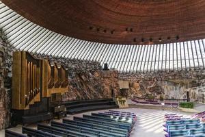 Temppeliaukio rock iglesia famosa arquitectura moderna interior histórico en Helsinki, Finlandia foto