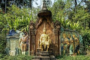 Monumento del tratado siamés francés en Wat Phnom Landmark templo en Phnom Penh, Camboya foto