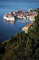 Vista de la ciudad vieja de Dubrovnik y la costa adriática en los Balcanes de Croacia foto