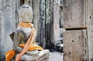 Camboya antigua estatua de Buda en el famoso templo de Angkor Wat en Siem Reap, Camboya foto