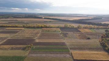 Vista aérea de los campos de cereales después de la cosecha con pajar foto