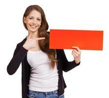 linda mujer sosteniendo un cartel rojo foto