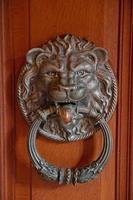 manija de puerta antigua en forma de cara de león foto