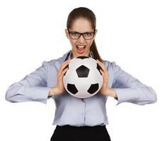 chica agresiva con un balón de fútbol foto