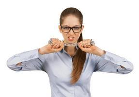 mujer joven tratando de romper una cadena de acero foto