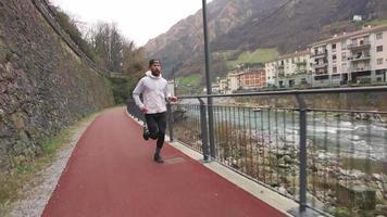 piste cyclable et pédestre avec coureur pendant une séance d'entraînement video