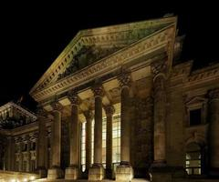 Parlamento Bundestag en la noche en Berlín. foto